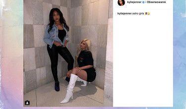 Kylie Jenner z koleżanką kuca wśród boazerii