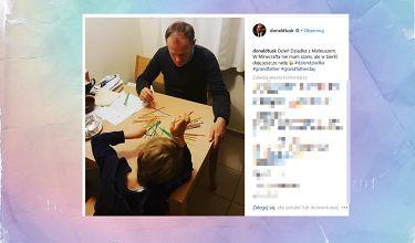 Donald Tusk gra w bierki z wnuczkiem
