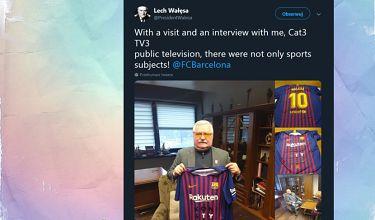 """Wałęsa pozuje z koszulką FC Barcelony z napisem """"KONSTYTUCJA"""""""