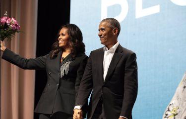 Barack zrobił niespodziankę Michelle - pojawił się na jej spotkaniu autorskim z bukietem róż!