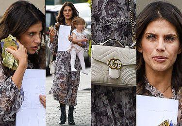 Zabiegana Weronika Rosati dzielnie dźwiga małą Elizabeth i skrywa twarz za próbkami kosmetyków (ZDJĘCIA)