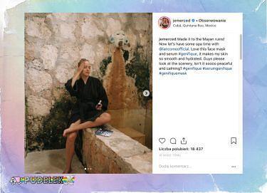 Jessica Mercedes w szlafroku pozuje w lekkim rozkroku