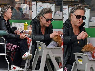 Smutny i zoperowany Mickey Rourke je lunch ze swoim psem (ZDJĘCIA)