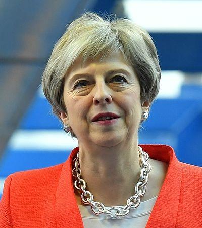 """Theresa May zostaje. """"Niezależnie od wyniku, to oznacza jej polityczny koniec"""""""