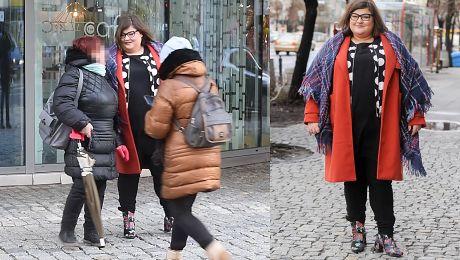 Dominika Gwit w czerwonym płaszczu i kocu pozuje z fanami