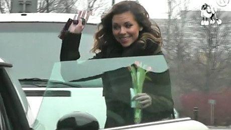 Kwaśniewska dostała kwiaty od paparazzi