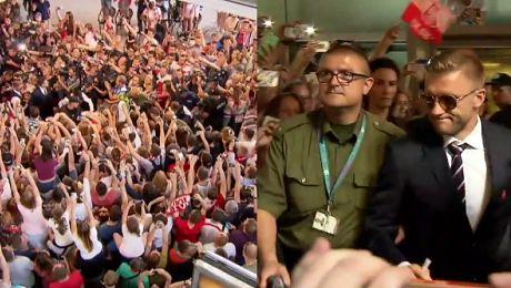 Tysiące kibiców witają reprezentację Polski na lotnisku
