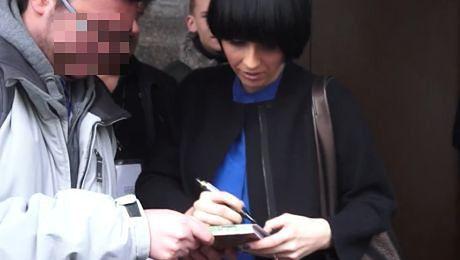 Okupnik rozdaje autografy pod studiem TVN