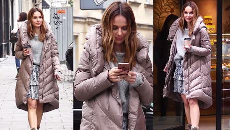 Paulina Sykut w puchowej kurtce idzie do cukierni Stylowa