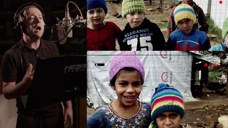 Mozil śpiewa dla uchodźców Wicher wśród namiotów gna kucheneczka grzeje mała