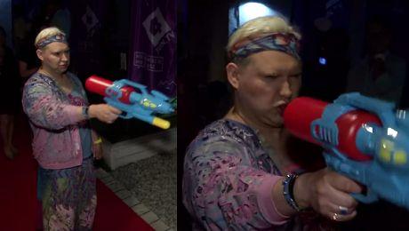 Witkowski z opaską i plastikowym pistoletem