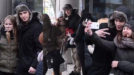 Bednarek otoczony przez tłum fanek pod TVN en