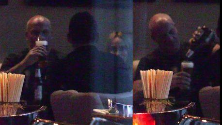 Piotr Zelt raczy się piwkiem w luksusowej restauracji