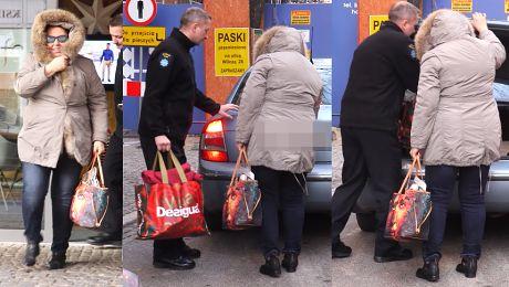 Ochroniarz niesie torbę Wellman pod TVN em