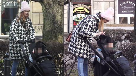 Burzyńska zabawia dziecko tabletem na spacerze