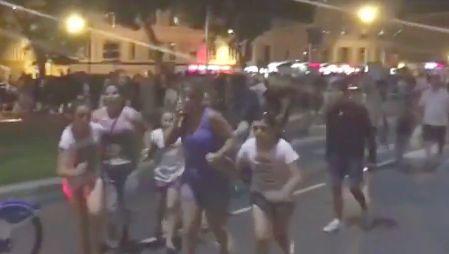 Tłumy ludzi uciekają w panice z Promenady Anglików