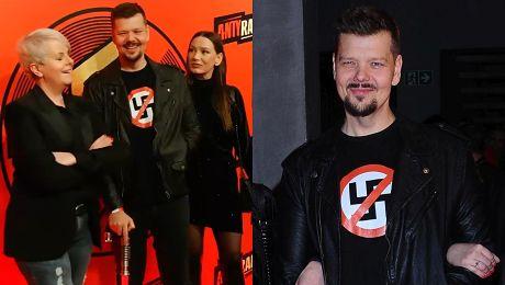 Michał Figurski pozuje o lasce