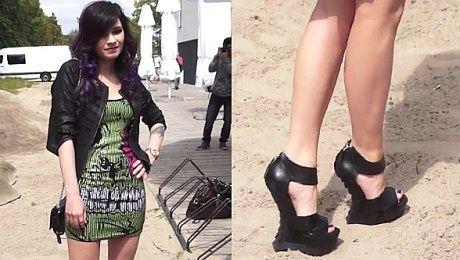 Lisowska w krótkiej sukience i dziwnych butach