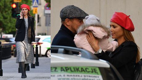 Paryska Sykut Jeżyna spaceruje ze smartfonem