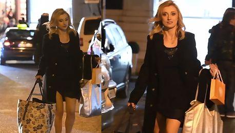 Justyna Żyła obładowana torbami wychodzi z konferencji Polsatu