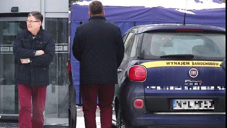 Zmarznięty Świerzyński wsiada do wynajętego samochodu
