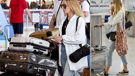 Jessica zakrywa zoperowaną szczękę biletem Nie ucieszyła się na widok paparazzi