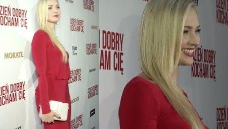 Kurdej Szatan w czerwonej sukni na premierze swojego filmu