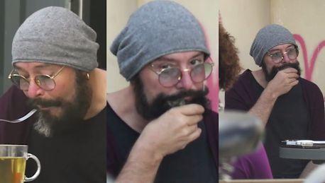 Najedzony Jacyków wciera w brodę resztki jedzenia