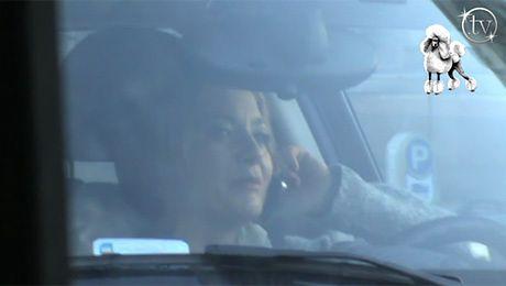 Olszówka pali i rozmawia przez telefon za kierownicą