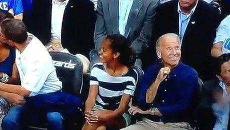 Obama całuje żonę na meczu