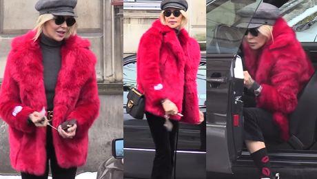 Sablewska w białych butach i czerwonym futrze