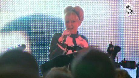 Doda śpiewa na premierze Kac Wawa