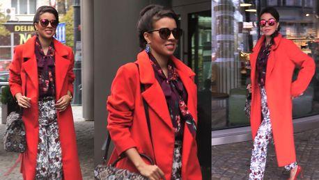 Macademian Girl w czerwonym płaszczu pod TVN em
