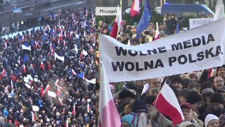 Protestujący w Poznaniu Takim ludziom jak Pawłowicz mówimy nie Kryśka do domu