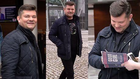 Uśmiechnięty Zenek Martyniuk rozdaje autografy w TVP