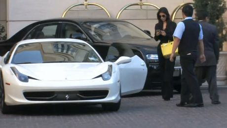 Zobacz jakim autem jeździ Kim
