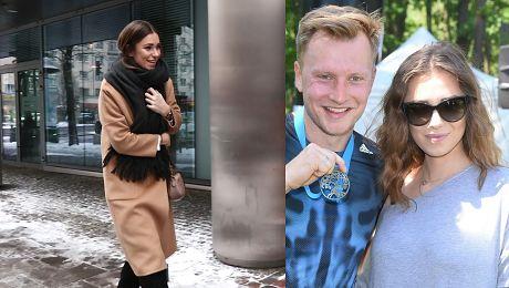 Opatulona żona Kuby Wesołowskiego rozdaje uśmiechy fotoreporterom