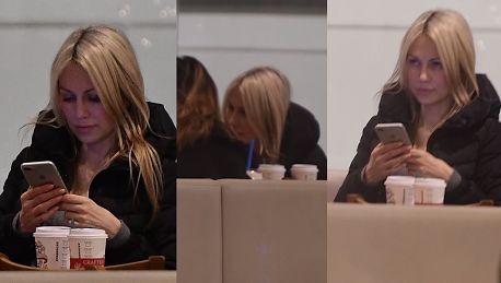 Magdalena Ogórek kontempluje telefon Prezes dawno nie pisał WIDEO