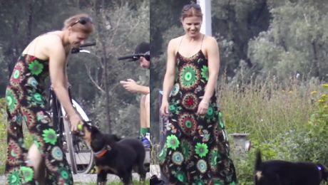 Rozbawiona Głogowska bawi się ze szczeniakiem w parku WIDEO