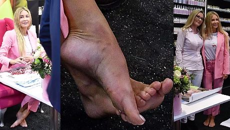 Rozenek zdjęła buty i ze zmęczonymi stopami pozuje z fanami