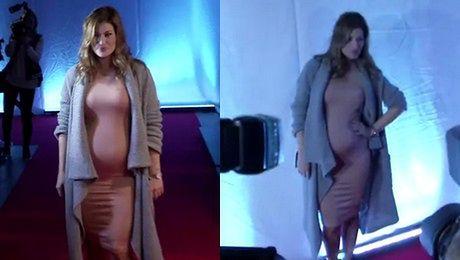 Kisio w cielistej sukience Pokazuje ciążowy brzuszek