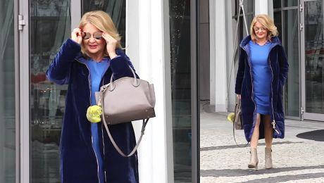 Elegancka Majka Jeżowska w długim płaszczu prezentuje nagą łydkę