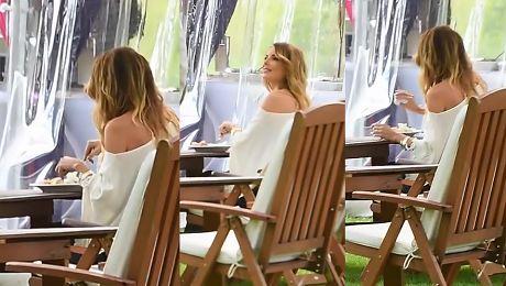 Agnieszka Włodarczyk je obiad sama podczas konferencji Azji Express