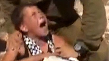 Izraelski żołnierz bije 11 letniego Palestyńczyka
