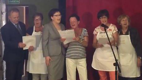Ewa Kopacz śpiewa z kołem gospodyń wiejskich
