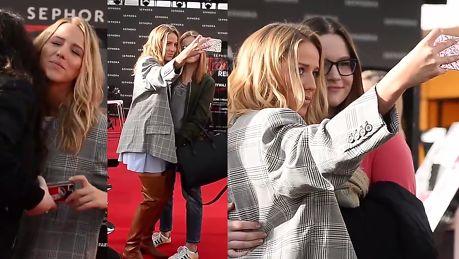 Jessica Mercedes robi sobie selfie z fanami