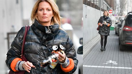 Odeta Moro w kurtce moro spaceruje z energetykami w ręku