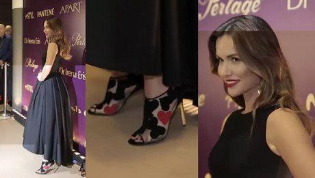 Żmuda Trzebiatowska w czarnej sukni i w butach z serduszkami