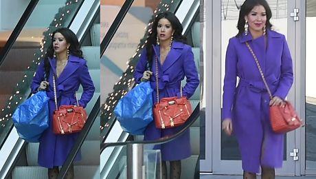 Zażenowana Macademian Girl dźwiga torbę z IKEI