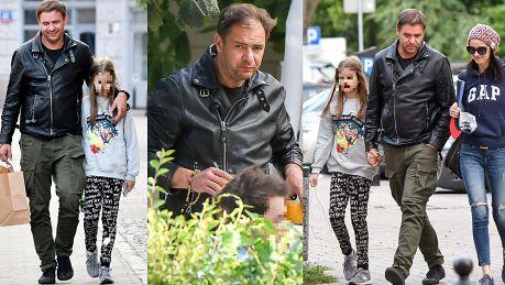 Smutny Karolak obejmuje córkę na spacerze WIDEO